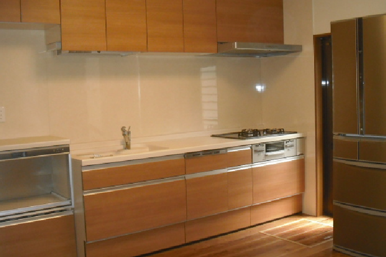 木目調のシステムキッチンは奥様のセレクト。リビングを温かな印象にしてくれています。
